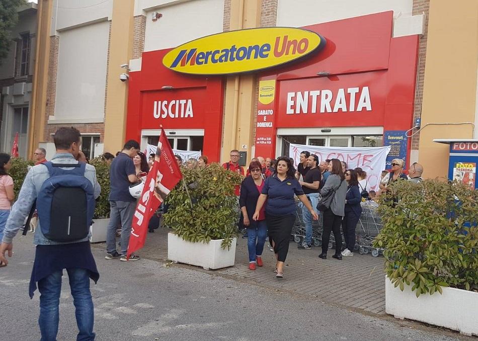 CON LE LAVORATRICI ED I LAVORATORI DI MERCATONE UNO